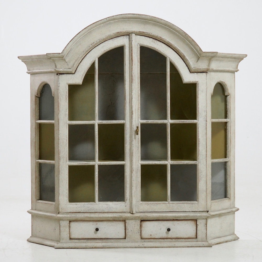 Rococo style wall cabinet. - € 1.000