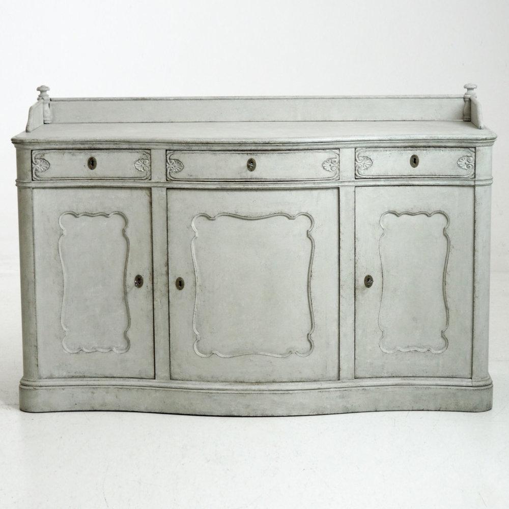 Fine serpentine sideboard, circa 1840. - € 2.000