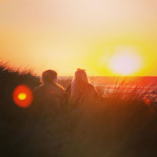 Sister sunset sessions @Vlieland . . . . .  #sunset #sisters #ocean #summer #flair #vlieland #vliebiza #holidays #endlesssummer #island #thegoodlife