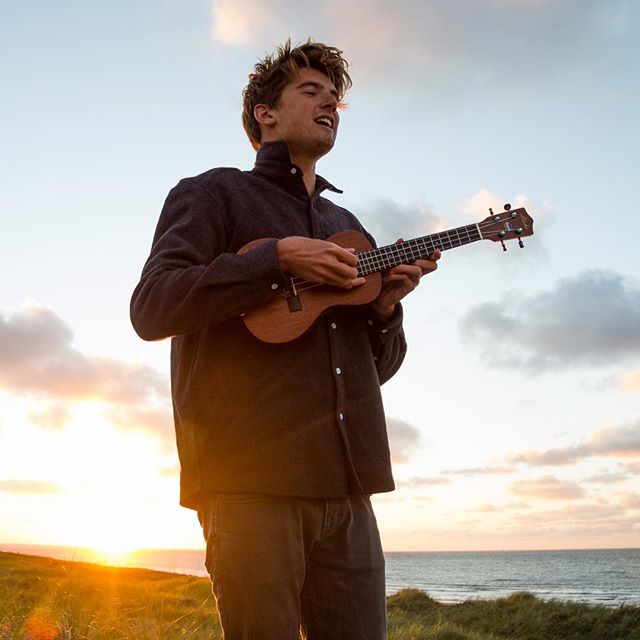Another one of these sessions please! . . . . . . . . @jariwiebe @surfana_collective #vlieland #summer #sunset #music #jarienwiebe #ukulele #thegoodlife #photographer #lifeisgood #favorite #portrait #artist #event
