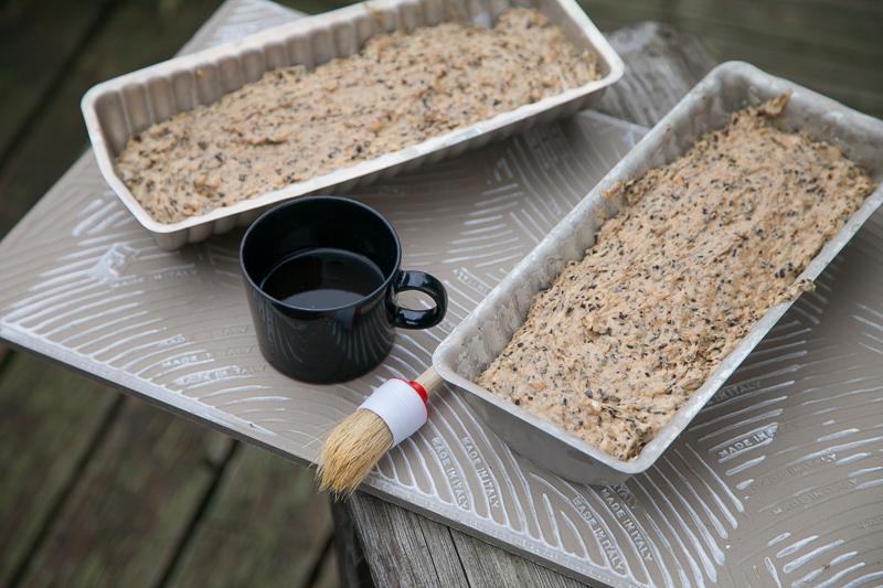 Leipä kohoaa vielä uunissa, jätä vuo'at hiukan vajaiksi. Paiston loppuvaiheessa leipää sivellään siirappi-vesi seoksella.