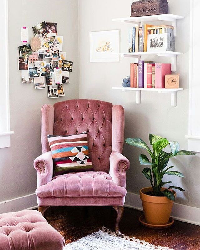 Every teenager should enjoy a cozy safe corner to write in their journal and display photos of their support system. Design and photo: Nicole Ziza Bauer . . #intention #intentionalliving #intentionalparenting #teengirls #teenager #safecorners #nooks #journaling #expression #childdevelopment #decor #designinspo #design #dustyrose