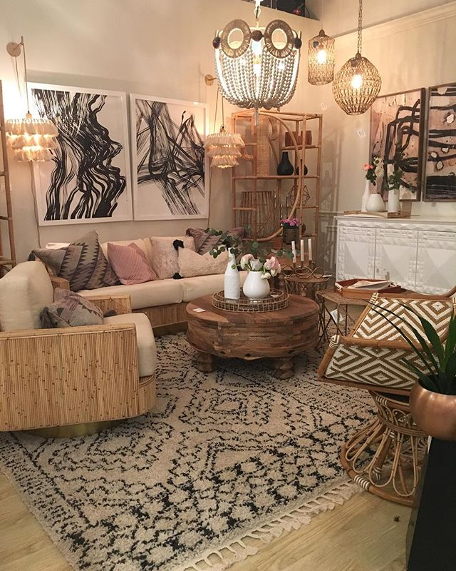 This @selamatdesigns vignette is giving me all the Cali boho vibes!  Loved their refreshed space @highpointmarket this time! 🙌 • • • • • • #interiordesign #interiordesigner #inspiration #homedecor #homeinspo #decor #DCmetro #DC #LM #lydiamanalointeriordesign #dcdesigner #dcinteriordesign #bohochic #hpmkt2018