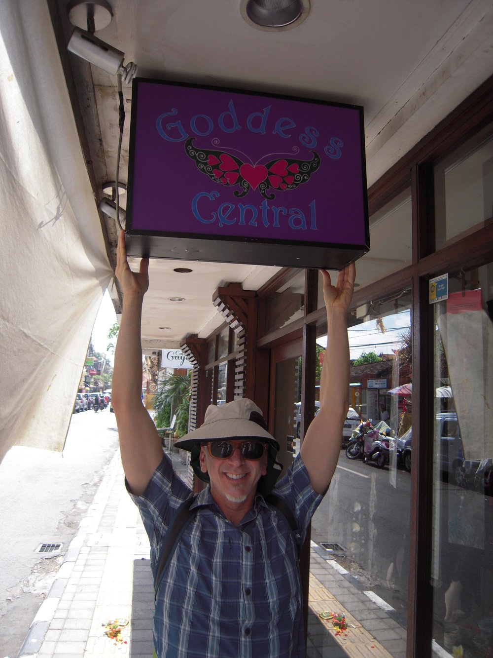 BALI 2014. Steve Prenzlauer on shopping street in Ubud.JPG