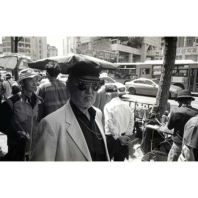 Korean bosses in dongmyo market. From a walk with @zen_compass sometime last year.  Seoul, 2017  #35mm #andthelastwaves #myendlessproof #ourstreets #capturestreets #hp5pushed2stops #shootfilmstaybroke #shootfilmnotmegapixels #analog #filmphotography #filmsnotdead #leicam3 #leica #filmlovephotography #develop #doyoudevelop #wasteoffilm #deathb4digital #photofilmy #allformatcollective #korea #misfitgrain #polyesterbase #burnmyeye #burndiary #burnmagazine #streetsacademy