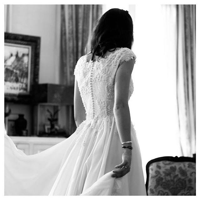 • le 25.04.18 à Paris, essayage de la robe de Philippine qui a choisi une très jolie broderie avec des feuilles • #camillededampierrebridal