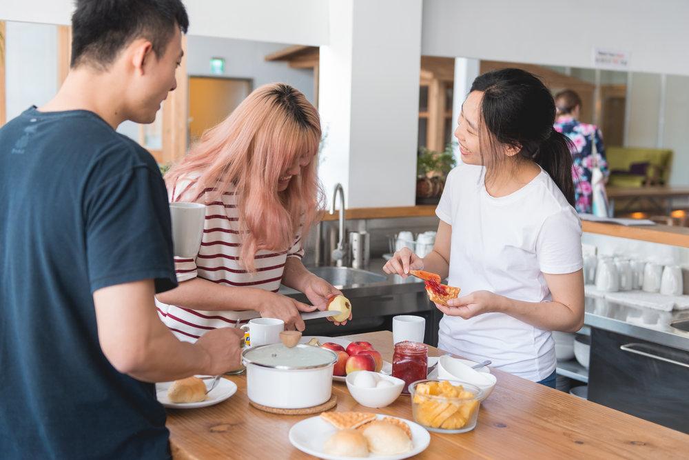 ゲストはゲストキッチンにある冷蔵庫、電子レンジ、トースター、電気ケトル、ポットや鍋などの設備を使用することができます。