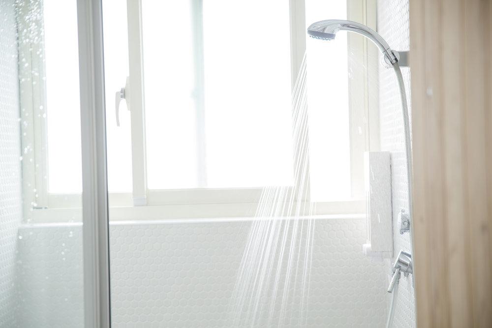 ドミトリー宿泊客のための女性専用と男女共用のシャワールーム。 無料のシャンプー、コンディショナー、ボディーソープに、タオルもレンタルできます。