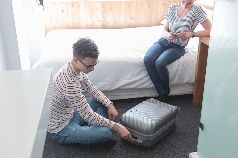チェックイン前後に無料で荷物のお預かりをします。日付をまたいで荷物を預ける場合は一晩ごとに少しだけ費用を頂きます。
