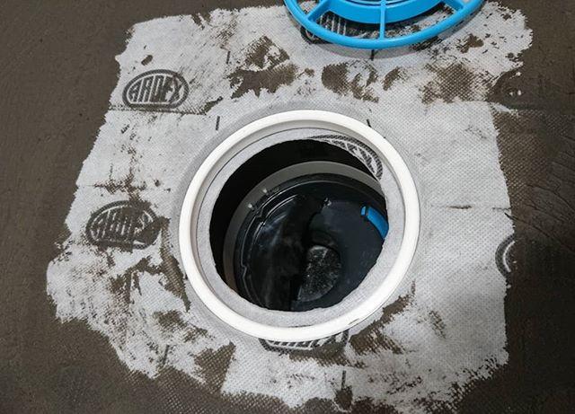 Vesieristyksiä kylpyhuoneessa.. #renokremontit #ardex #ardex8plus9 #kylpyhuoneremontti #lattiakaivo #järvenpää #kerava #tuusula