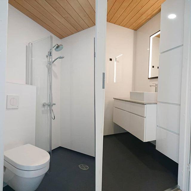 Juuri valmistunut pieni kylpyhuone Tuusulassa. Lattia pinnoitteena polyuretaanipinnoite, jossa ei ainakaan saumat pääse likaantumaan ;) #renokremontit #kylpyhuoneremontti #polyurethaneflooring #kvik #tuusula #järvenpää #kerava #uusimaa