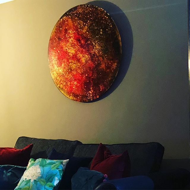 Danni Bradford's golden gilded Blood Moon. This piece is absolutely stunning. Each one is unique. This is the first one we received, that didn't even make it further than our TV room! Come and see the latest one in the gallery glimmering in the Autumn sun! #gilding #moon #bloodmoon #space #luxuryliving #luxurylifestyle #modernart #contemporaryart #doubleheight #contemporarypainting #artgallery #exmoor #devon #lynton