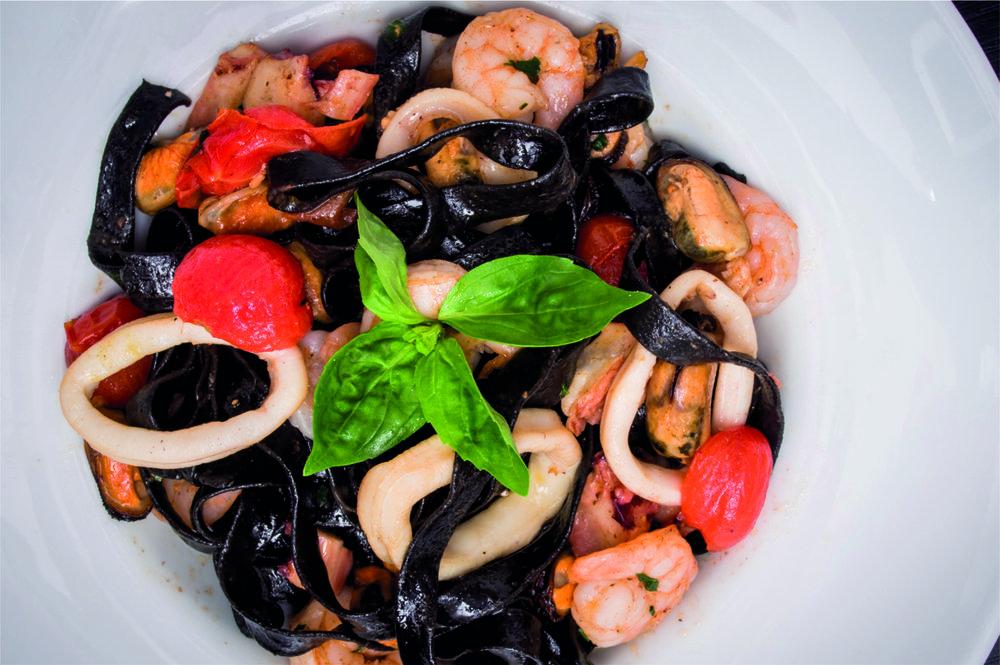Tagliatelle nero di seppia con frutti di mare