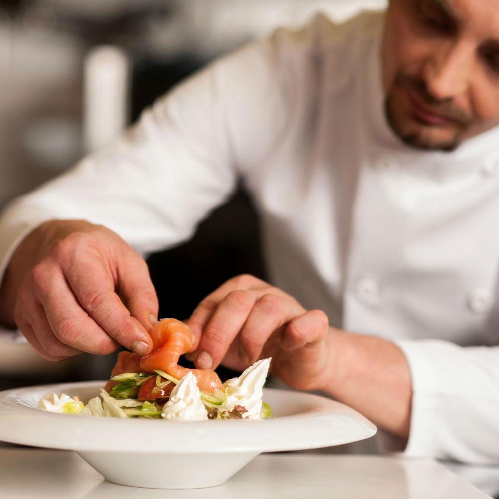 el-chef-a-domicilio-alejandro-terminando-de-emplatar-uno-de-los-entrantes-de-una-experiencia-take-a-chef.jpg