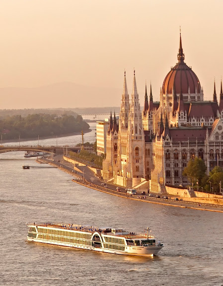 Budapest-dawn-parliament-boat.jpg