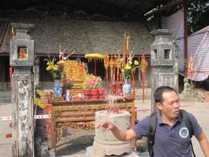 Bon explaining La Temple