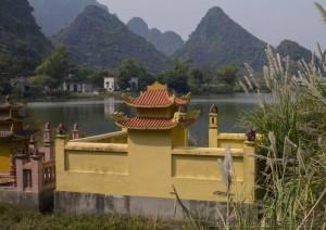 _MG_2473 Tam Coc shoreline small temples edit