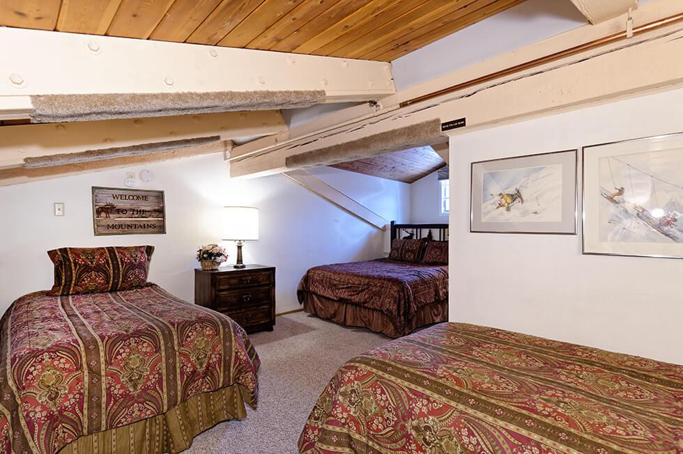 Crestwood Condominiums 1 Bed Loft Standard 03.jpg
