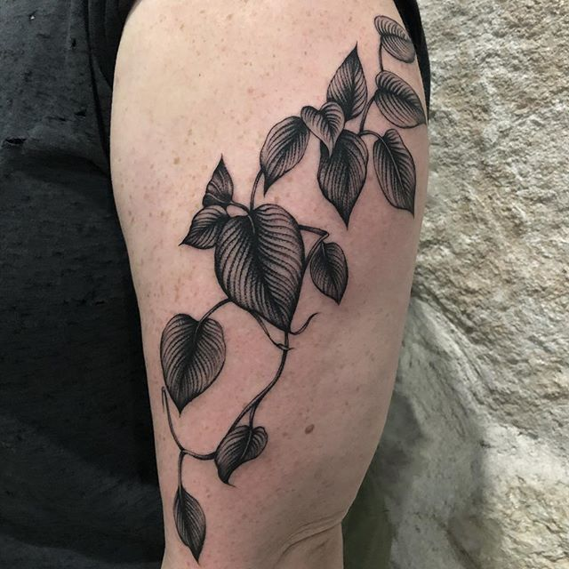 Some bb leaves today too! crappy lighting, but you get the idea🖤@star_of_texas @blackoaktattoo #chicago #tattoos #blacktattooing #blacktattooart #222 #tattoodo #everythingwithlove #chicagotoaustinwithlove