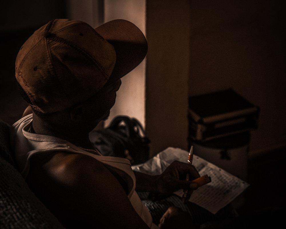 Produção independente - Para o episódio convidamos alguns rappers da cidade de Uberlândia para compor uma música inédita e registrar todo o processo de produção – organização das ideias, escrita, preparação dos instrumentais, gravações de vozes, mixagem, masterização, finalização. A expectativa era que o processo evidenciasse elementos diversos do processo criativo, os modos de fazer e pensar dos artistas envolvidos. Além disso, esperava-se que outros traços das vivências cotidianas emergissem no contexto armado da gravação e se misturassem de alguma forma com a composição, possibilitando, a partir da montagem, reflexões pertinentes na relação arte-vida. - Roberto Camargos
