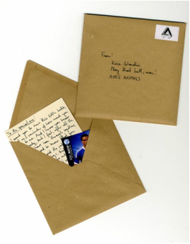 Single og Video. Special Edition med eit handskreve brev og fotballkort inkludert.