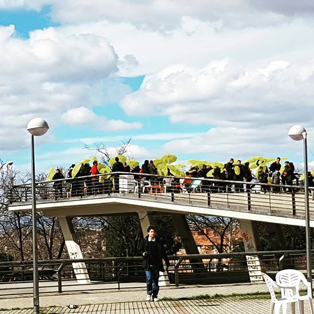 Ayer en Vallecas. Paraguas amarillos en un Mirador abarrotado. La Kópera comienza  #kopera #miradorpayasofofo #imaginamadrid