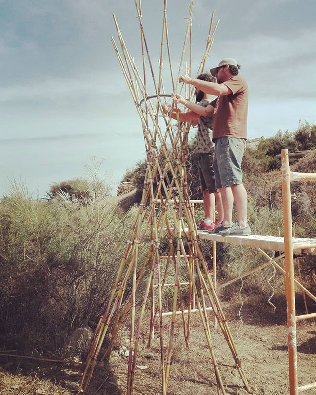 Para el Festival del Agua.  Este sábado en @sunseed.desert.technology. Hiperboloide de caña, rafia y ruedas de bicicleta.  #hyperboloid #bioconstruccion #endefensadelrioaguas #arquitecturaligera #caña #parametricarchitecture #ecoconstruction