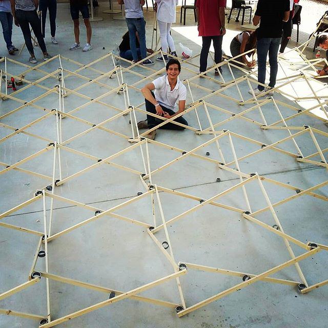 Estxs alumnxs son geniales. Casi acabada la estructura desplegable de final de curso en #proyectoszero Alicante.  Listón de madera y encuentro con tubo cortado de PVC .En referencia a #felixescrig y #perezpiñero  #pzerolhrc #topografiazero #jury1J #arquitecturaligera