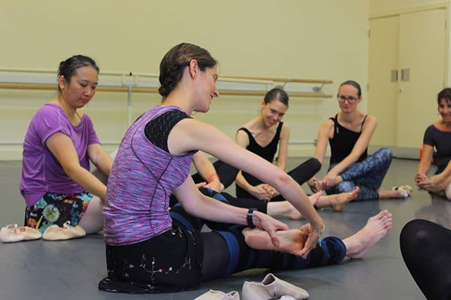 Pointe class with @krapfnatalie during #AspireBallet2018 . Starting with foot exercises!