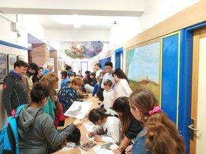 Familias colaborando en talleres de arte