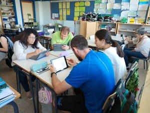 Profesores muy concentrados en sus iPads