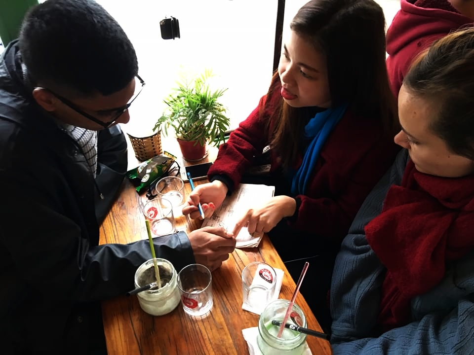 Help studentspractice English in a Coffee shop. -