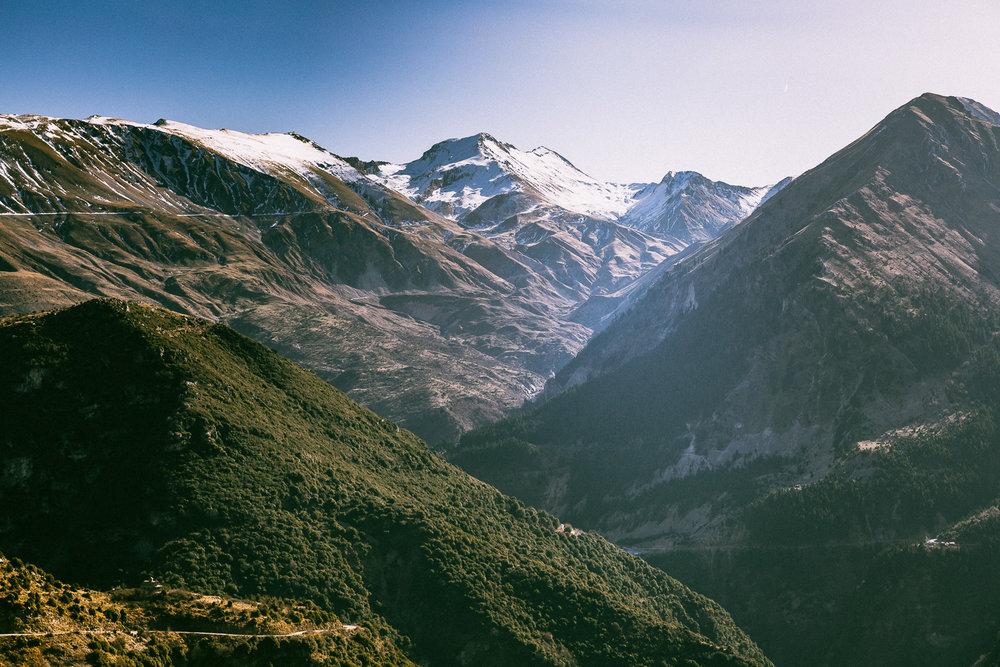 - Το Συρράκο και οι Καλαρρύτες είναι χωριά της Περιφερειακής Ενότητας Ιωαννίνων της Περιφέρειας Ηπείρου και ανήκουν διοικητικά στον Δήμο Βορείων Τζουμέρκων. Βρίσκονται στις δυτικές πλαγιές της γεωτεκτονικής ζώνης της οροσειράς της Πίνδου, σφηνωμένα στις πλαγιές του όρους Λάκμος (ή αλλιώς Περιστέρι) και απέναντι από τα Αθαμανικά όρη, πιο γνωστά ως Τζουμέρκα.