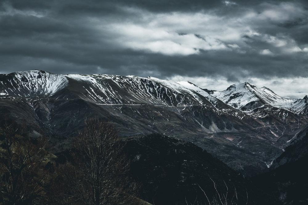 - Ο χειμώνας στο Συρράκο και τους Καλαρρύτες διαρκεί πολύ και είναι βαρύς, καθώς τα Τζουμέρκα είναι βουνά που ανήκουν στην οροσειρά της Πίνδου. Οι χειμερινοί μήνες είναι ιδιαίτερα ψυχροί με αρκετές βροχές και χιόνια (κυρίως μεταξύ Δεκεμβρίου και Φεβρουαρίου), τα οποία στις κορυφές των βουνών λιώνουν συνήθως μετά το Μάιο. Ο Ιανουάριος θεωρείται παραδοσιακά ο πιο κρύος μήνας, με θερμοκρασίες που κυμαίνονται λίγο πάνω και λίγο κάτω από το μηδέν.