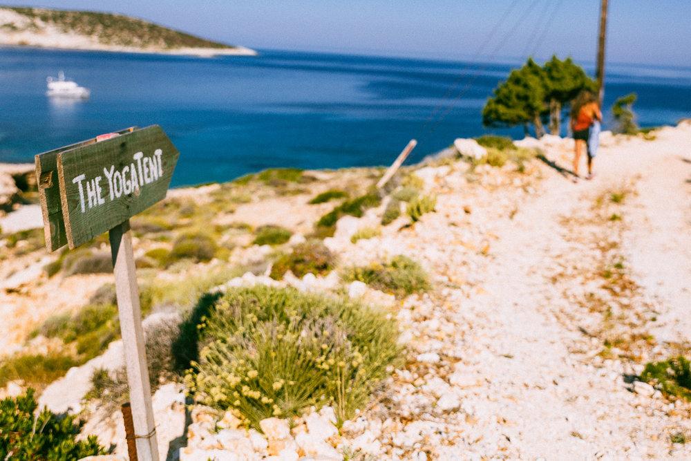 Αξιοθέατα και Δραστηριότητες: Τι να δεις και τι να κάνεις στη Δονούσα   Να περπατήσεις στις 5 σηματοδοτημένες και χαρτογραφημένες διαδρομές που περνούν από όλα τα σημεία ενδιαφέροντος που έχει το νησί.