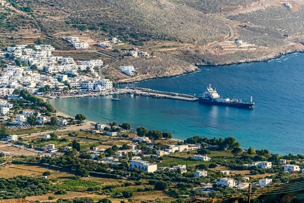 - Η πρόσβαση και στα 2 λιμάνια που διαθέτει η Αμοργός (τα Κατάπολα και η Αιγιάλη), είναι εφικτή από την Αθήνα με καθημερινά δρομολόγια και καθόλη τη διάρκεια του χρόνου με πλοίο απευθείας από το λιμάνι του Πειραιά (με διάρκεια ταξιδιού 9 περίπου ώρες με συμβατικό πλοίο ή το καλοκαίρι και με ταχύπλοο σε 6 ώρες) και από το λιμάνι της Ραφήνας (11 περίπου ώρες και το καλοκαίρι 5 ώρες με ταχύπλοο).