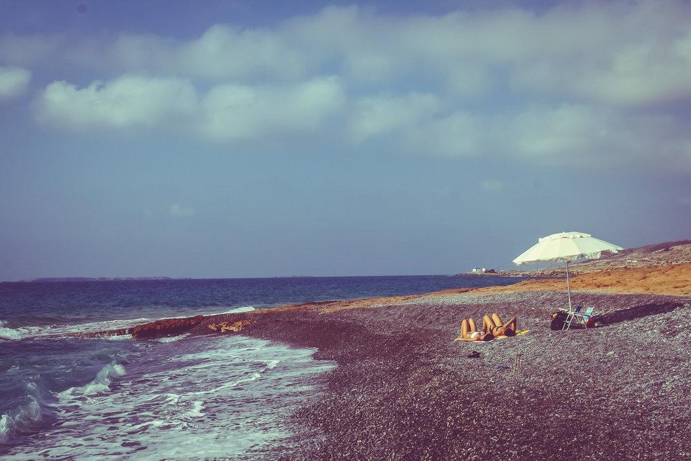 Παραλίες - Μπορεί το μήκος της ακτογραμμής της Κάσου να φτάνει τα 60 χιλιόμετρα, αλλά μεγάλο τμήμα των ακτών της είναι απόκρημνο και βραχώδες και δεν προσεγγίζεται από τη στεριά.