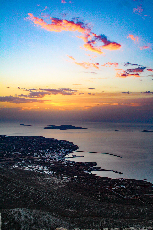 Το νησί συνδέεται ακτοπλοϊκώς με το λιμάνι του Πειραιά και της Σητείας στην Κρήτη και αεροπορικώς με την Αθήνα μέσω Καρπάθου, Ηρακλείου και Ρόδου. -