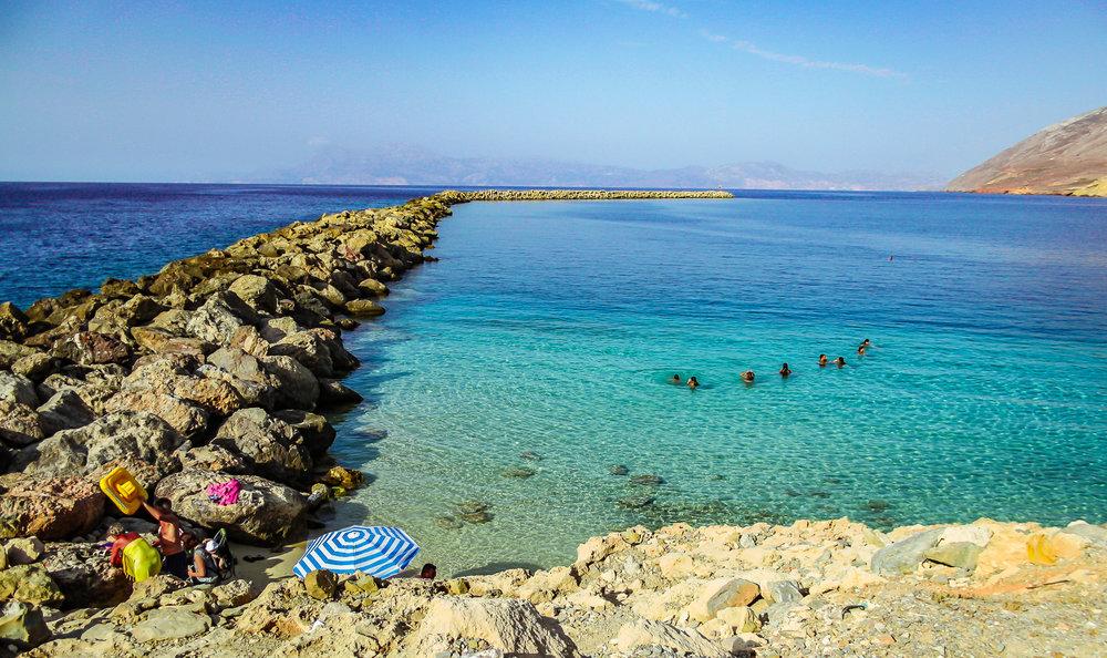 - Οι παραλίες της Κάσου από τα βορειοανατολικά με κατεύθυνση προς τα νοτιοδυτικά είναι: Εμπορειός, Βλιχά, Κοφτερή, «Blue Lagoon», Κατάρτι, Αμμούα, παραλία Αγίου Κωνσταντίνου, 5 παραλίες αντιπεράτου, Τριτά, Αυλάκι, Χοχλακιά, Χέλατρος, Όμπατα, Παραλία του Τρούτσουλα, Αγκάλη, Πλάκα, Θηρά, Λίμνη, Χράμπα,Ακτή, Φραμός και μια Ανώνυμη.