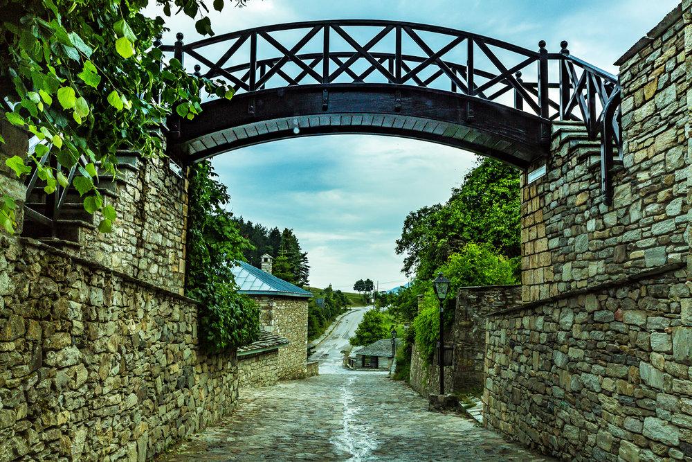 - Ο οικισμός που έχει χαρακτηρισθεί από το 1978 ως «διατηρητέος παραδοσιακός» χαρακτηρίζεται από τα λιθόστρωτα μονοπάτια και τα πετρόχτιστα αρχοντικά μακεδονικής αρχιτεκονικής, πολλά εκ των ποίων έχουν μετατραπεί σε ξενώνες φιλοξενίας των επισκεπτών της περιοχής.