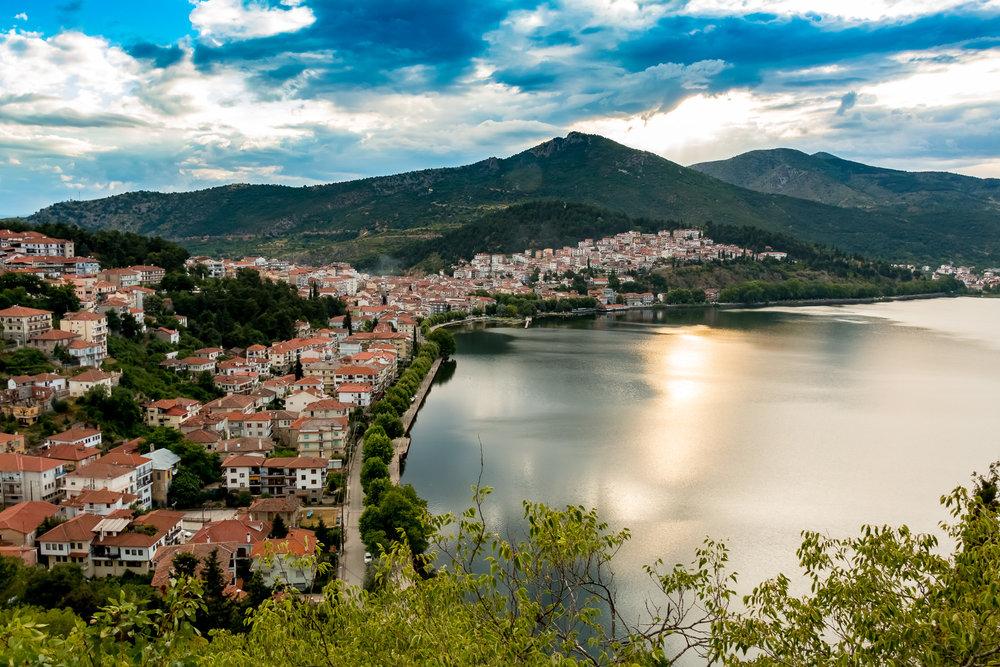 Η Καστοριά είναι παραλίμνια πόλη στο δυτικό άκρο της Δυτικής Μακεδονίας, - έδρα του ομώνυμου δήμου και πρωτεύουσα της Περιφερειακής Ενότητας Καστοριάς (Περιφέρεια Δυτικής Μακεδονίας). Βρίσκεται σε υψόμετρο 700 περίπου μέτρων από την επιφάνεια της θάλασσας, με πληθυσμό που αγγίζει τους 10.000 περίπου κατοίκους.