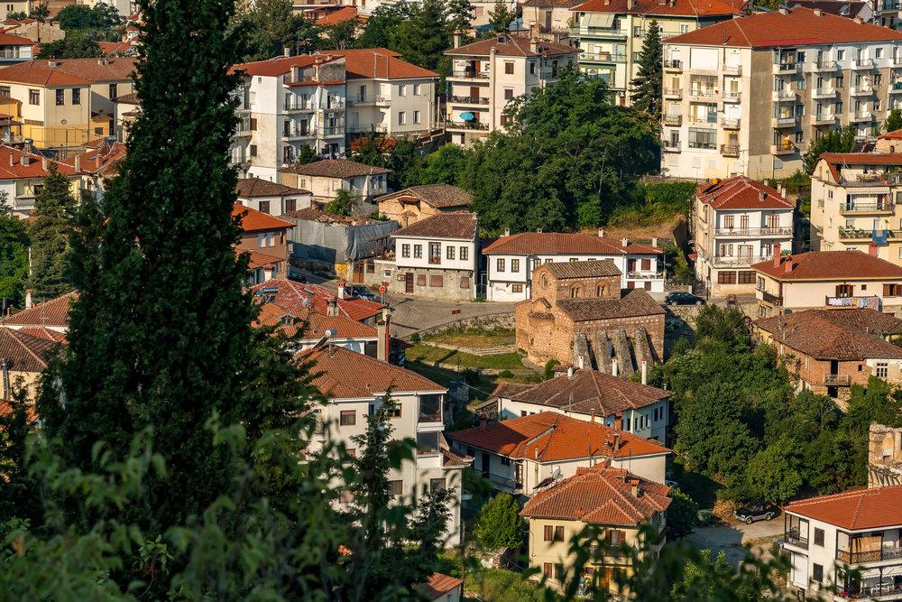 - Απέχει 490 περίπου χιλιόμετρα από την Αθήνα και 200 περίπου χιλιόμετρα από τη Θεσσαλονίκη, ενώ ο Κρατικός Αερολιμένας Καστοριάς «Αριστοτέλης» (IATA: KSO, ICAO: LGKA, ΥΠΑ: ΚΑΚΤΑ) που βρίσκεται 12 περίπου χιλιόμετρα από την πόλη στο Άργος Ορεστικό, εξυπηρετεί και με απευθείας πτήσεις από το εξωτερικό.
