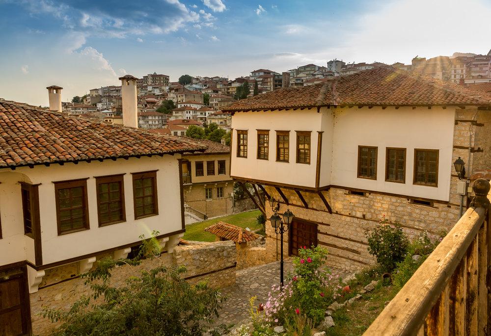 Ο αστικός ιστός της Καστοριάς αποτελείται από παραδοσιακά, αναπαλαιωμένα (αλλά και ετοιμόρροπα) μεγαλοπρεπή αρχοντικά με κατάφυτες αυλές και λαϊκά οικοδομήματα της βαλκανικής αρχιτεκτονικής του 17ου-19ου αιώνα, νεοκλασικά του πρώιμου 20ού αιώνα, καθώς και νεότερα κτίσματα. Ανάμεσά τους υπάρχουν οι βυζαντινές εκκλησίες που αποτελούν τα σπουδαιότερα αξιοθέατα της περιοχής, ενώ γύρω τους αναπτύσσεται ένα δίκτυο από στενούς δρόμους, πέτρινους μαντρότοιχους και μικρές πλατείες. Συνολικά, πάνω από 450 ιστορικά κτίρια και μνημεία στολίζουν την πόλη. -