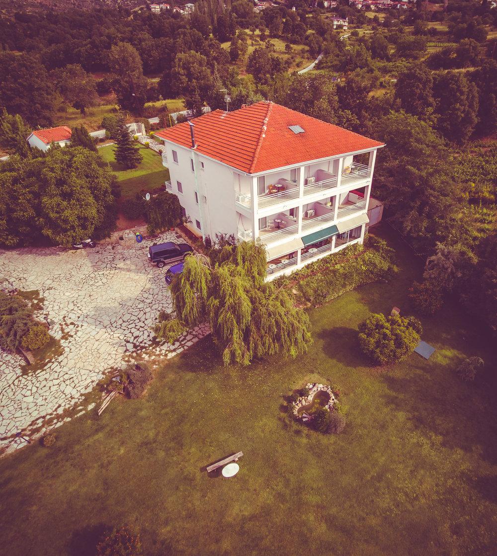 Διακοπές στην Καστοριά είναι η γοητεία του να «ρουφάς» εικόνες και μυρωδιές ψηλά από τις όχθες της λίμνης Ορεστιάδας. - - SteMajourneys
