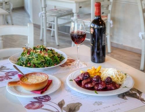 food-tried-and-tested-to-steki-tis-pareas-kastoria-greece-stemajourneys.com.jpg