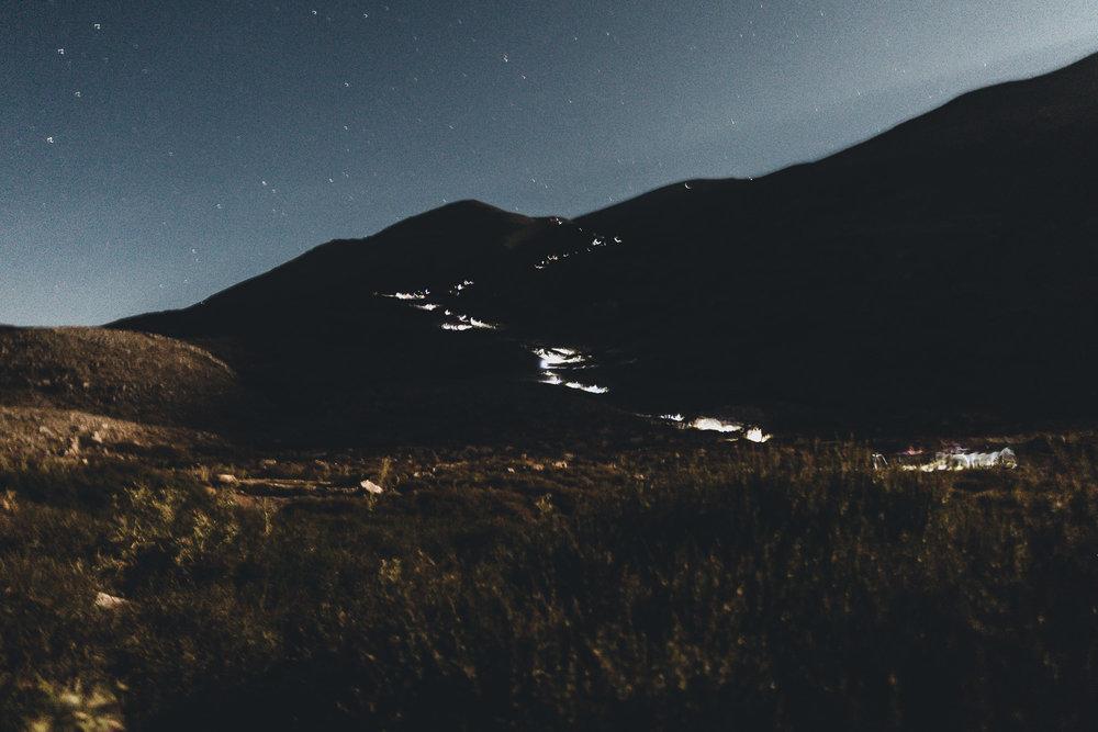 - Τόπος μυθικός,σύμβολο ελευθερίας.Παντού ίχνη από σφαίρες.Εδώ βασιλεύει η ρακί, βασιλεύει η εν-τοπιότητα.Βρέχει αστέρια – δάκρυα του Δία κάθε βράδυ,στ' αψηλό βουνό πάνω απ' τη γη των θνητών…