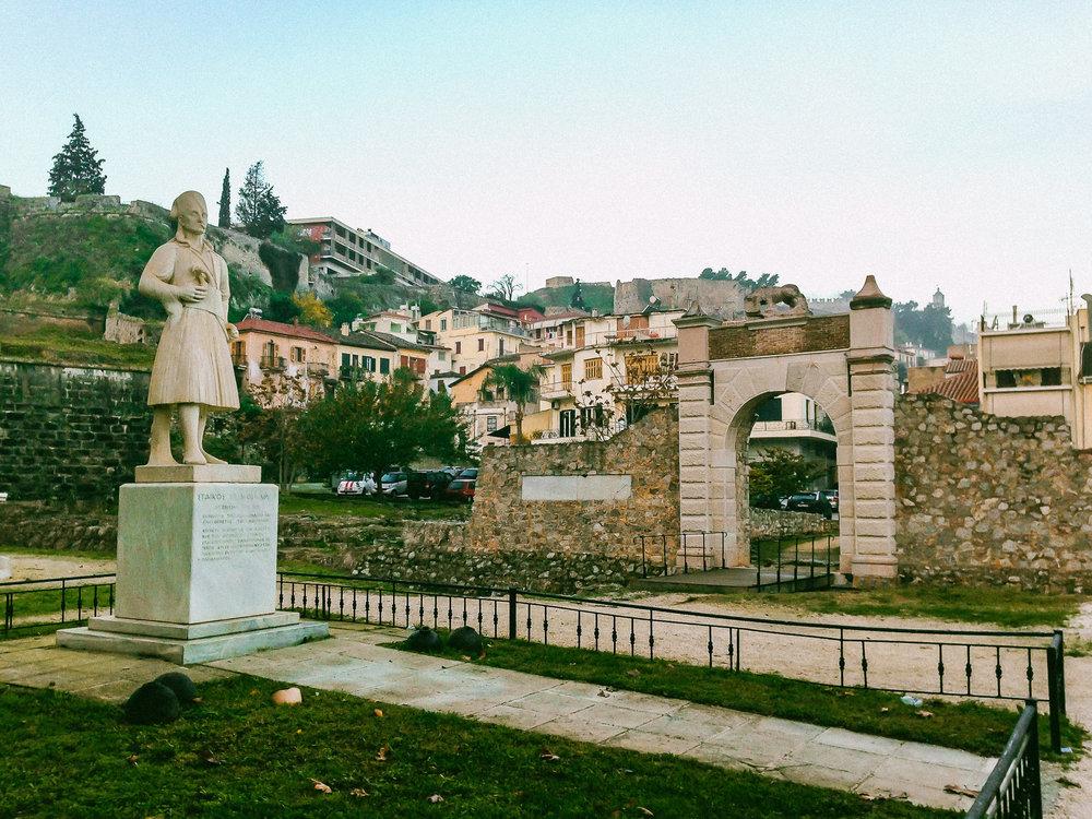 Αξιοθέατα και Δραστηριότητες   Στην Πλατεία   Σταϊκοπούλου υπάρχει η Πύλη της Ξηράς και ο ανδριάντας του Σταϊκόπουλου (που έχει φιλοτεχνηθεί από τον γλύπτη Νικόλα το 1966)…