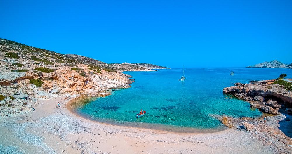 Περίπου 20 μέρες μετά, προσωπικά ζήσαμε μια σκηνή δεκαετιών περασμένων για την Ελλάδα. Στο λιμάνι του Σταυρού, είχαν κατέβει όλοι οι άνθρωποι που γνωρίσαμε στο νησί και βρίσκονταν εκεί για να αποχαιρετίσουν εμάς και τους γνωστούς τους ταξιδιώτες. Όταν δε ο Σκοπελίτης ξεμπάρκαρε, άρχισαν να κορνάρουν και να κουνούν τα μαντίλια τους συγκινημένοι. « Ραντεβού το Σεπτέμβρη », ακούγαμε να μας φωνάζει σε σπαστά ελληνικά από μακριά ο Γερμανός… Ανακάλυψε περισσότερα →