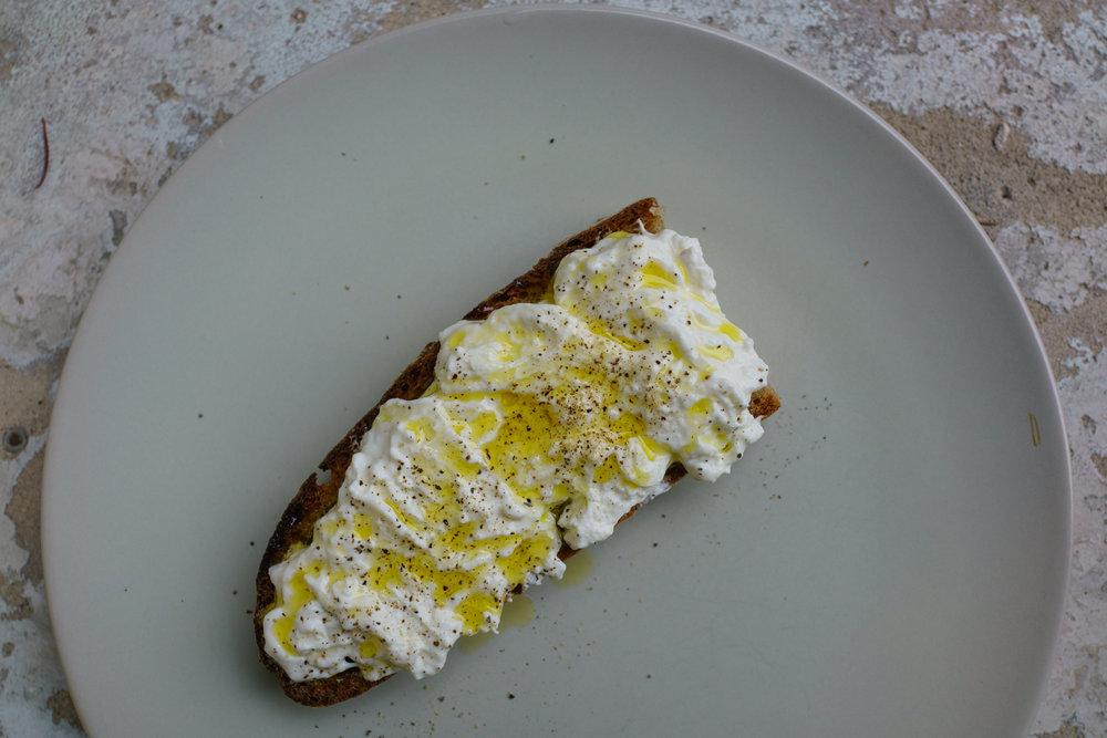 Il pane con stracciatella condita con olio d'oliva