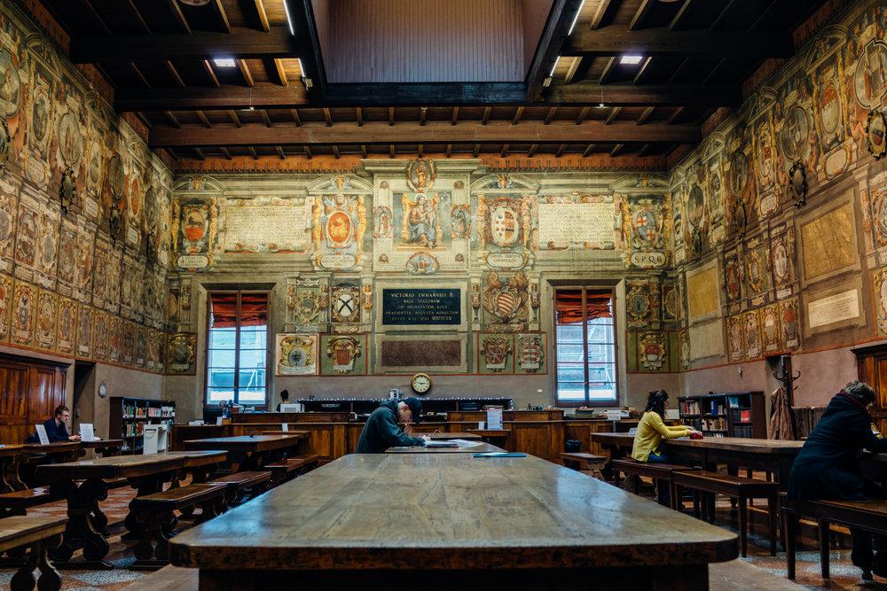 Sala per la lettura nella Biblioteca Comunale dell'Archiginnasio. Che bello!